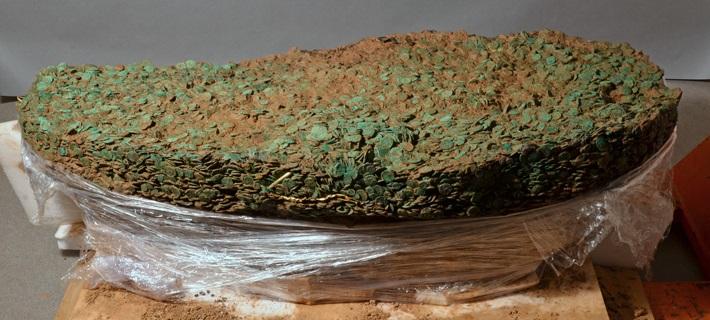 L'impressionante massa di monete, quasi 70 mila, estratte dal sito archeologico nell'isola di Jersey nel 2012