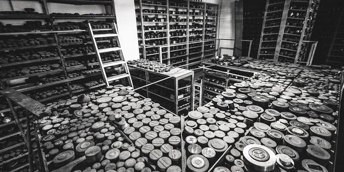 Un'impressionante vista d'insieme del magazzino coni e punzoni della Picchiani & Barlacchi: un patrimonio d'arte, di storia, di cultura conservato con passione