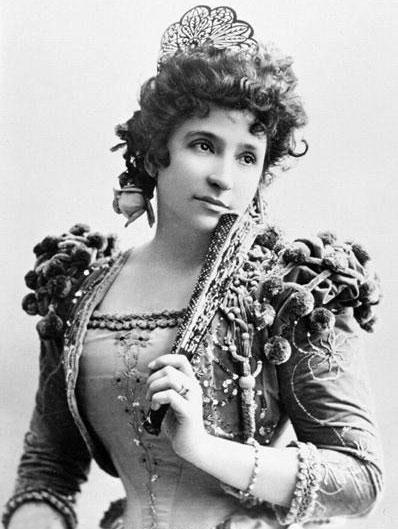 Nellie Melba (1861-1931), al secolo Helen Porter Mitchell, oltre che per la sua voce resta famosa per la pesca melba e il melba toast, un dessert e uno spuntino creati in suo onore dal grande chef francese Auguste Escoffier