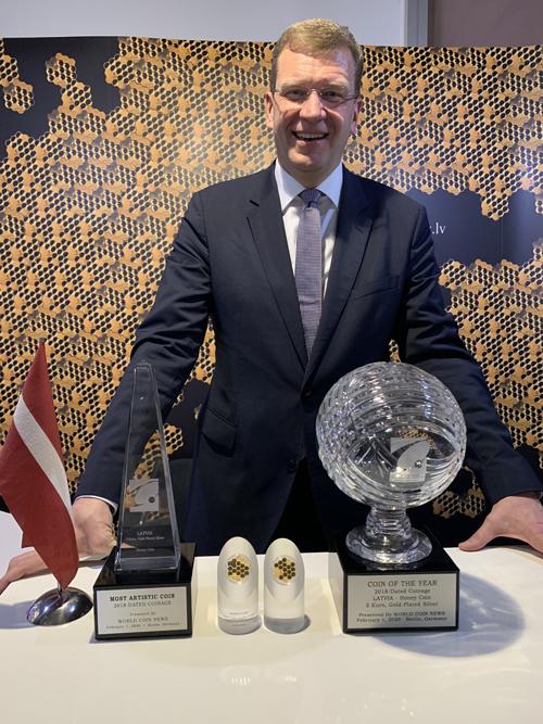 Jānis Blūms, della Banca centrale lettone, con i 2 premi vinti dalla originale e innovativa 5 euro dedicata alle api e al miele emessa nel 2018