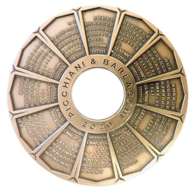 Al rovescio della medaglia calendario i mesi del 2020 e il nome della ditta fiorentina Picchiani & Barlacchi
