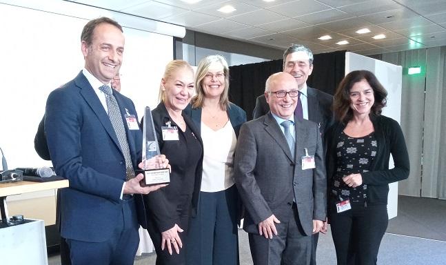 Il direttore della Zecca italiana Antonio Cascelli (primo a sinistra) con il gruppo di IPZS presente a Berlino riceve il premio COTY per i 5 euro Costituzione 2018