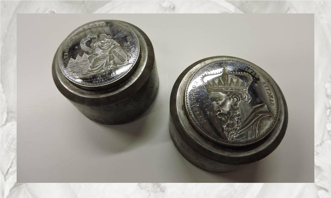 """Eccoli, dopo oltre un secolo e mezzo, i due coni delle 5 lire di San Marino """"sgurbiati"""" da Pietro Thermignon"""
