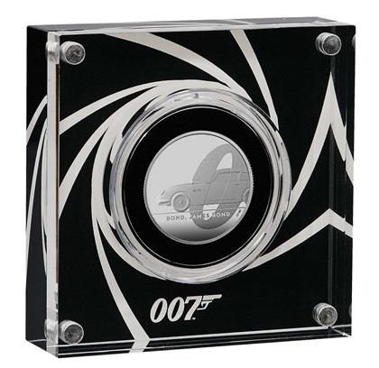 Alcune monete in argento della serie per 007 sono proposte in un avveniristico box in plexiglass serigrafato