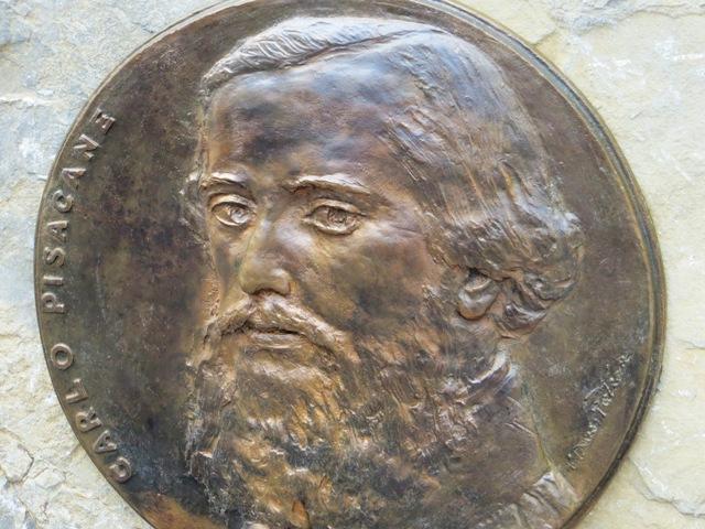 La bella placca in bronzo del maestro Patroni in omaggio a Carlo Pisacane è collocata a Torraca, luogo da cui il patriora lanciò il suo ultimo proclama