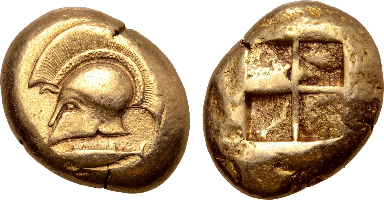 Un elmo corinzio di profilo effigiato su un raro statere di Cizico, Misia, coniato nel 500-450 a.C. (oro, g 16,13 per mm 20 circa)