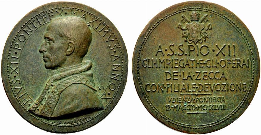 Da capo incisore della Zecca, Pietro Giampaoli nel 1948 realizza anche questa medaglia per l'udienza papale concessa da Pio XII ad impiegati e operai dello stabilimento (bronzo, mm 53,0 per g 60,8)