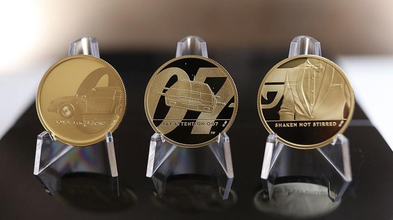 """Ecco i tre rovesci delle monete della """"James Bond Collection"""", identici per le tipologie coniate in oro e in argento"""