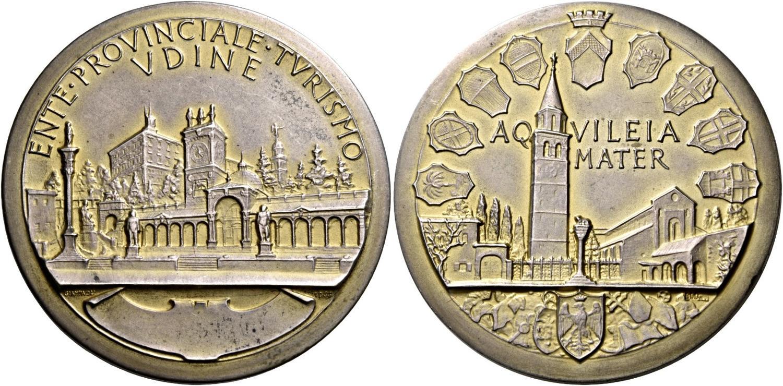 Non solo ritratti e simboli: la perizia di Giampaoli si esprime anche nelle architetture come queste di Udine e Aquileia su una medaglia  del 1966 (argento, mm 46,2 per g 44,8)