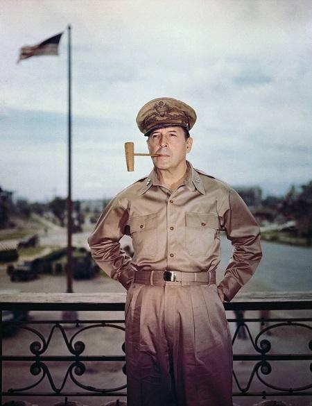 Una bella foto che ritrae il generale Douglas MacArthur (1880-1964), comandante delle forze americane in Estremo oriente durante la Seconda guerra mondiale