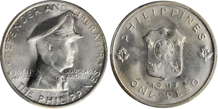 """A MacArthur """"difensore e liberatore"""" la Repubblica delle Filippine dedica nel 1947 due monete, da un peso e da 50 centesimi: questa, in argento, pesa g 20,0 per mm 35,5 di diametro"""