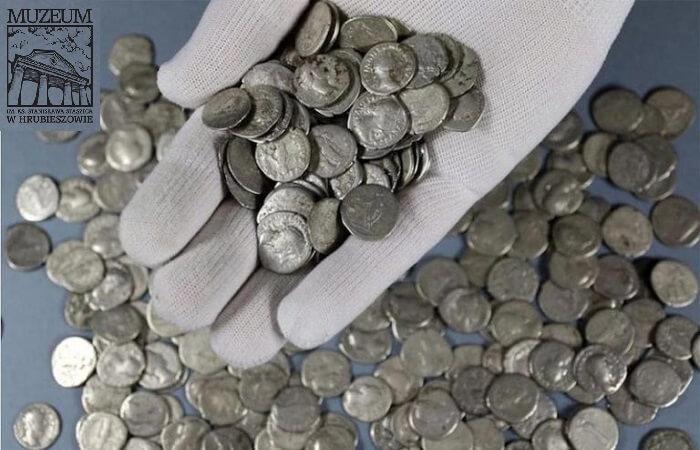 """Alcuni esemplari di quello che è stato già ribattezzato """"il tesoro di Lublino"""" e che, rinvenuto nel 2019, assomma a 1753 denari domani in argento del periodo da Nerva a Settimio Severo"""