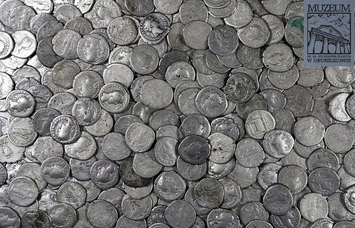 Come si nota da questa immagine, la conservazione media delle monete ritrovate in Polonia è scadente, ma ciò non toglie che, all'epoca dell'occultamento, quei circa cinque chili d'argento fossero un vero tesoro