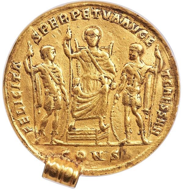 """Al rovescio l'imperatore in trono, quasi """"divinizzato"""" e con i due cesari, Costantino II e Costanzo II, che gli rendono omaggio in abiti militari"""