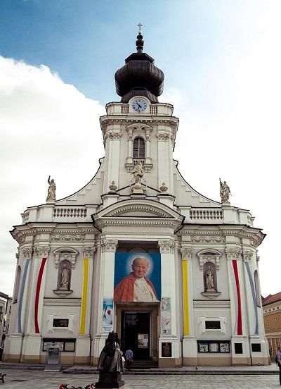 La Cattedrale di Wadowice, luogo simbolo nella vita di Karol Wojtyla, rappresenta una delle mete di pellegrinaggio più visitate per i devoti del papa santo scomparso nel 2005