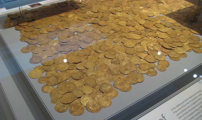 Un magnifico tesoro di monete inglesi proveniente dal Regno Unito ed esposto, integralmente, nel percorso di visita della sezione numismatica del British Museum, a Londra