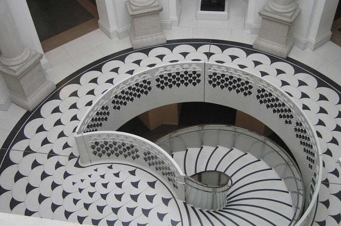 L'elegante scala elicoidale nel palazzo della Tate Britain, uno dei musei più vivstati del Regno Unito, è stata scambiata per un richiamo alla forma del coronavirus sulle nuove banconote della BoE