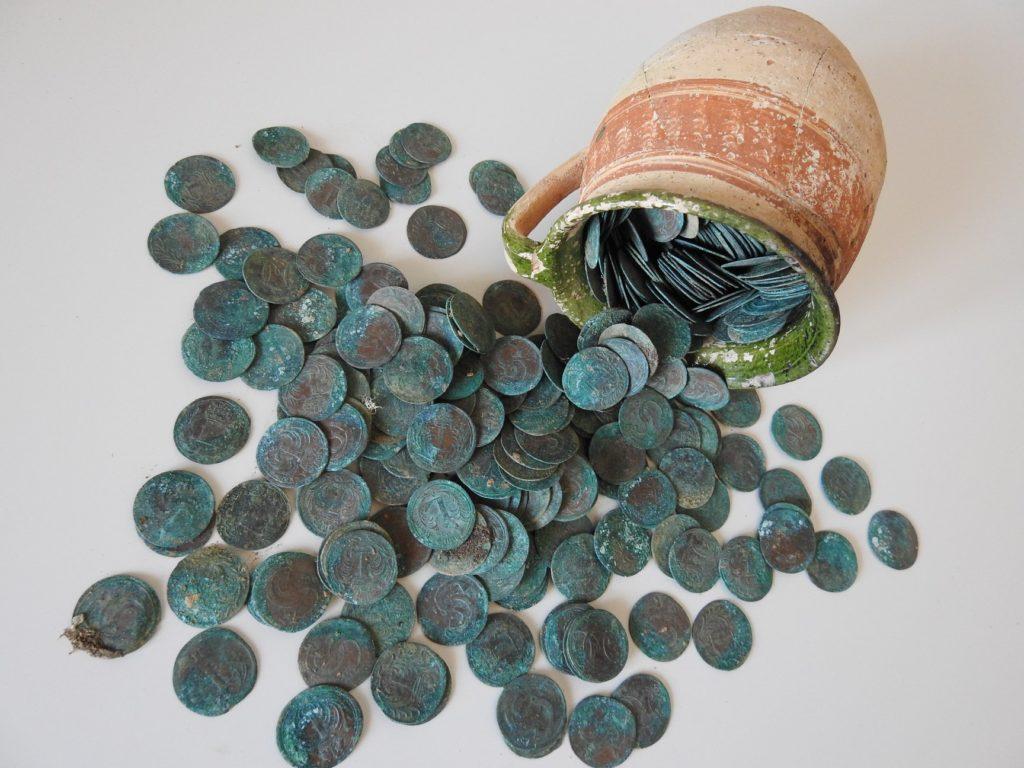 Il contenitore ceramico e le monete ritrovate in Slovacchia: risalgono dall'inizio del XVIII secolo e furono nascoste a causa di una rivolta anti asburgica