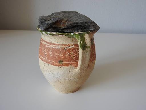 Avvolto nel lino, messo in una caraffa e coperto da una pietra: così è stato ritrovato il tesoro di monete di Obišovce, in Slovacchia