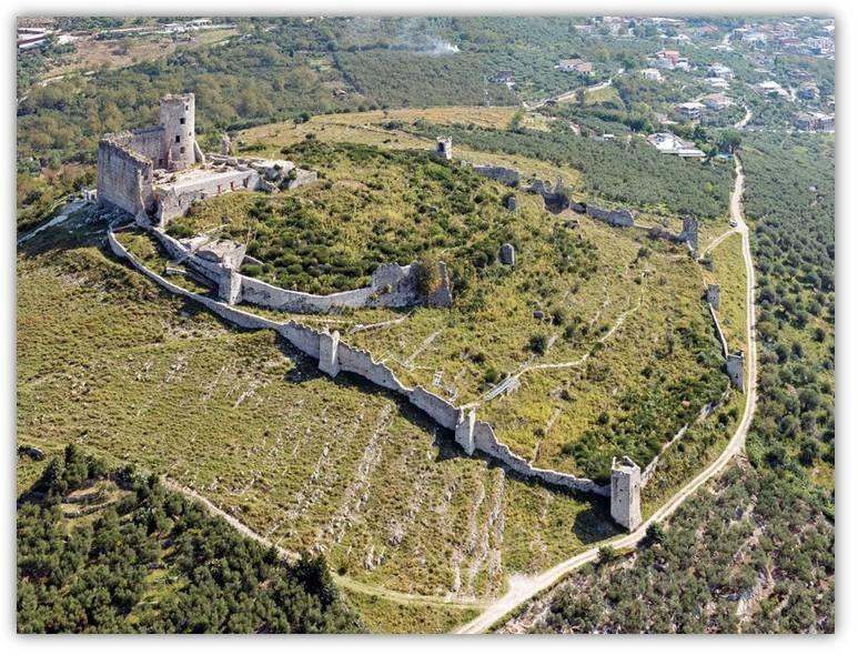 Una bella veduta aerea dei resti dell'imponente castello di Avella, in provincia di Avellino, con la sua triplice cinta muraria e l'imponente torrione circolare che dominano le valli sottostanti