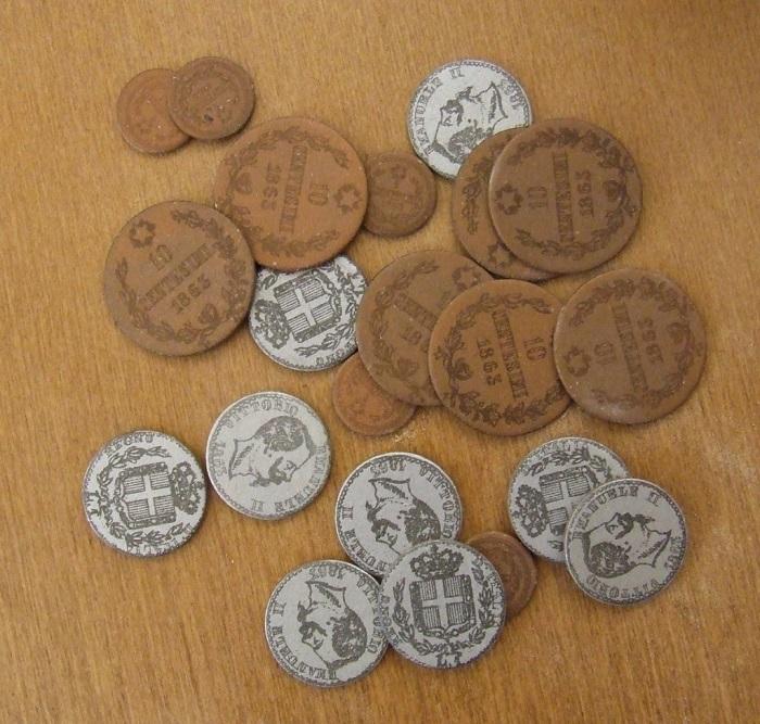 Facsimili in cartoncino colorato di monete di Vittorio Emanuele II usate nelle scuole Montessori per la familiarizzazione dei bambini con il denaro e le operazioni aritmetiche