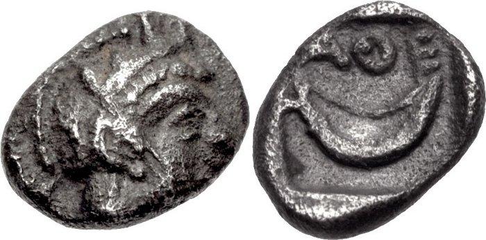 Atene, tetrartemorion in argento del periodo 393-294 a.C. (mm 6 per g 0,16) con Atena e crescente lunare