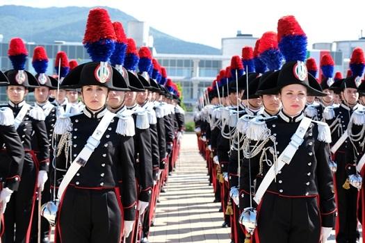 Un'istantanea del giuramento presso la Scuola marescialli e brigadieri di Firenze, inaugurata nel 2016 nella zona dell'aeroporto di Peretola