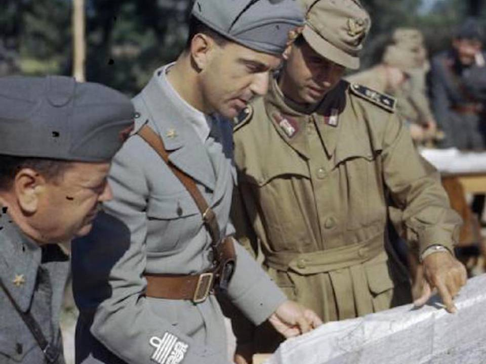Umberto di Savoia, luogotenente del Regno dopo la partenza del padre Vittorio Emanuele III per il Sud, insieme ad ufficiali del Comando Supremo. I titoli provvisori della Banca d'Italia nacquero dunque sotto i Savoia