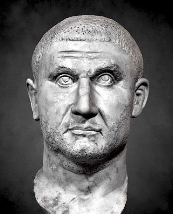 Licinio imperatore con lo sguardo rivolto verso l'alto, come appare anche sull'aure di Nicomedia coniato nel 320-321