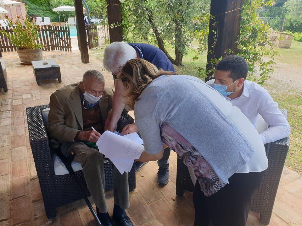Il professor Emidio Grisostomi firma, il 17 giugno scorso, l'atto di donazione delle monete e medaglie sistine della propria collezione al Comune di Montalto delle Marche