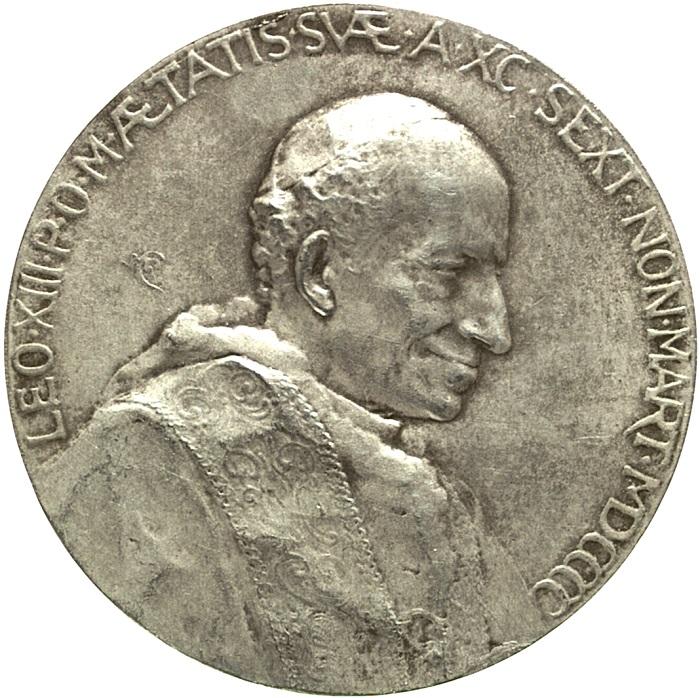Il moderno e intenso ritratto di papa Leone XIII Pecci sul dritto della medaglia modellata dalla Lancelot per i 90 anni del pontefice (argento, mm 43)