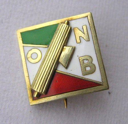 """Un distintivo da giacca in stile """"futurista"""" dell'Opera nazionale balilla"""