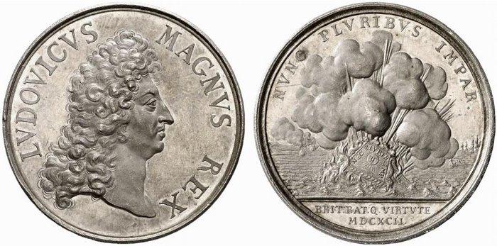 """L'esplosione dell'ammiraglia francese su una medaglia in argento (mm 38) con ritratto di Luigi XIV """"MAGNVS REX"""" coniata nel 1692 per celebrare, pur nella sconfitta, l'eroismo della flotta del Re Sole"""