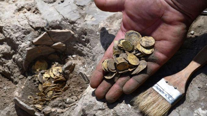 Un'immagine del rinvenimento del tosoro di monete abbasidi in Israele, in un'immagine fornita dalla Israel Antiquity Authority che ha condotto gli scavi