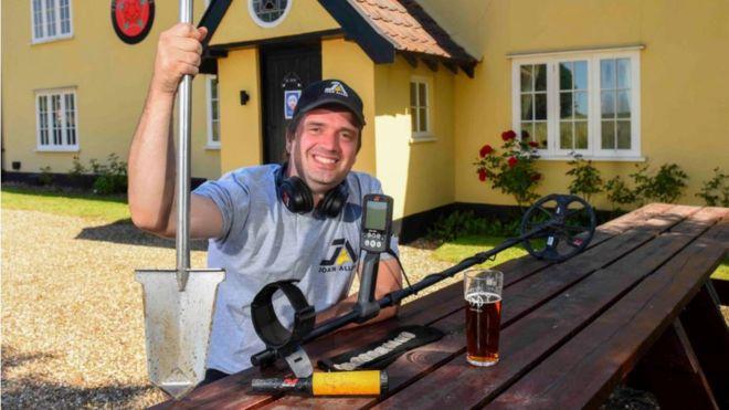 """Luke Mahoney, """"metal detectorist"""" inglese e rinvenitore del """"tesoro del pub"""" venuto alla luce a fine luglio nel Suffolk"""