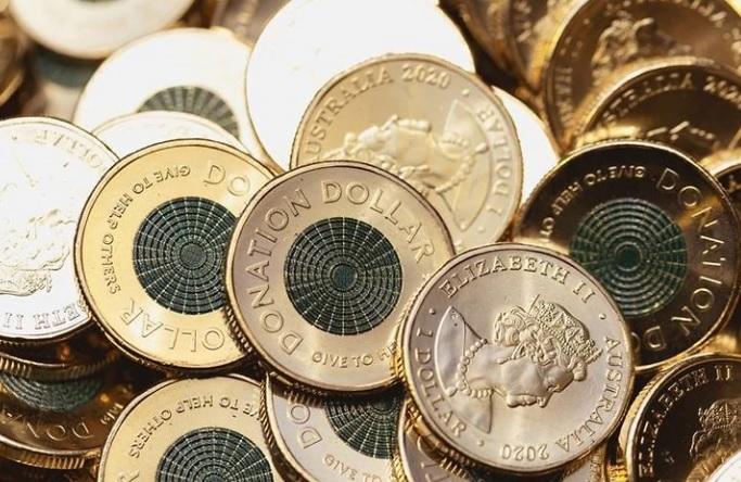 C'è ovviamente sua maestà Elisabetta II al dritto dei nuovissimi dollari destinati dall'Australia alla beneficenza: un modo capillare per sensibilizzare e per generare solidarietà