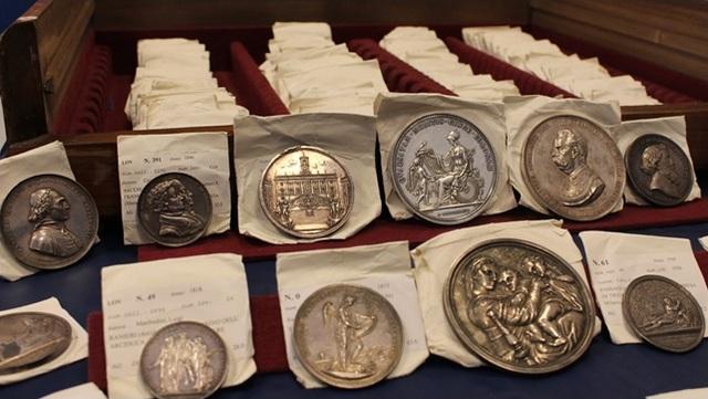 La foto del lotto di circa 400 medaglie recuperato dal Tpc dei Carabinieri e trafugato nel 2019 dall'abitazione romana dello studioso e collezionista Arnaldo Turricchia