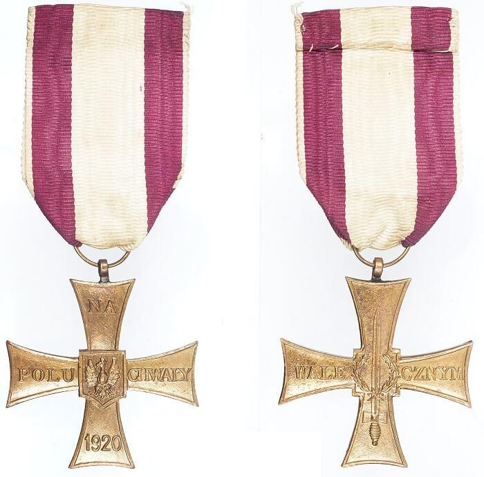 La croce al merito istituita per premiare i combattenti che si distinsero nella Guerra russo-polacca del 1918-1921 e, da allora, concessa ai valorosi delle forze armate polacche