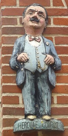 """Un """"monumento"""" ad Hercule Poirot su un muro del centro storico di Bruxelles"""