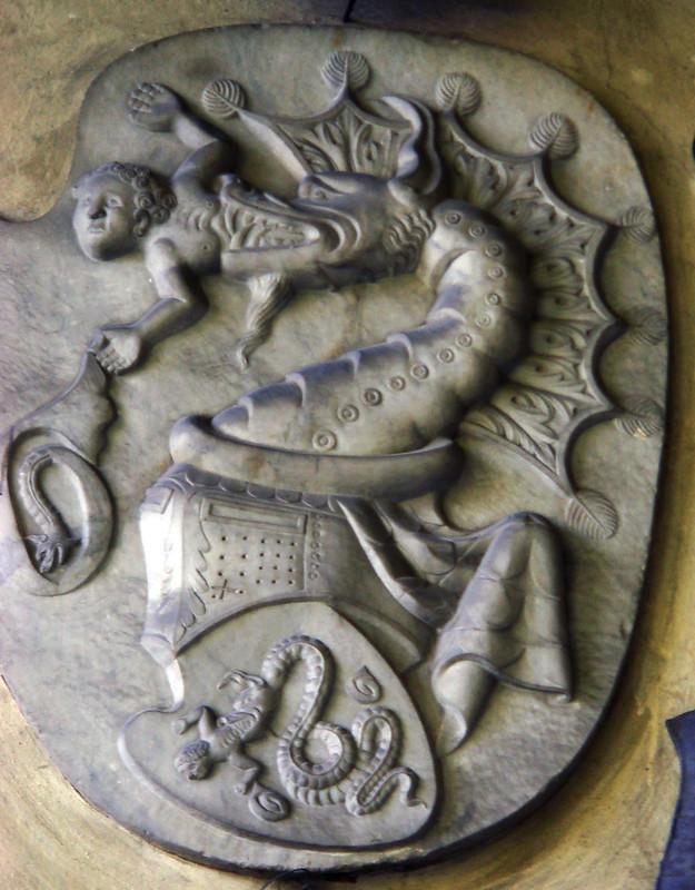 Il biscione e l'uscente scolpiti a decorare una delle pareti del Castello Visconteo di Somma Lombardo