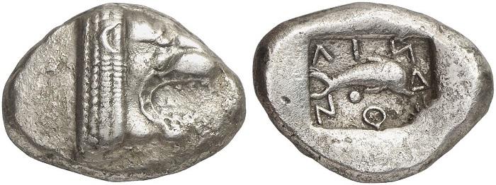 Statere in argento della zecca di Lindos (460 a.C. circa) con protome leonina al dritto e delfino con indicazione della città emittente al rovescio