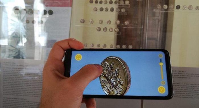 Come ammirare in 3D, letteralmente nel palmo della mano, tutti i dettagli di un'antica moneta romana: così Roma e i Dioscuri, da un denario repubblicano, prendono letteralmente vita e incantano i visitatori