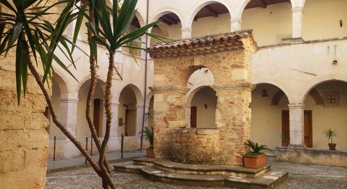 Il Museo dei Brettii e degli Enotri di Cosenza rappresenta già da anni, si veda il sito, un'eccellenza nel Meridione e non solo per la sperimentazione delle moderne tecnologie legate alla fruizione delle opere d'arte e dei reperti