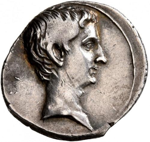 Basta il profilo di Augusto, senza nome nè titoli, a simboleggiare il potere a cui questo protagonista della storia di Roma assurse nel corso del suo regno