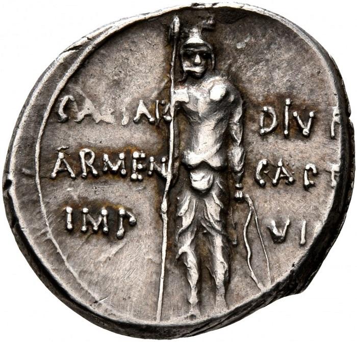 Conserva le armi, lancia e scudo, ma ha indubbiamente l'aspetto dello sconfitto questo guerriero armeno sul rovescio del rarissimo denario augusteo del 20-19 a.C. che ricorda la vittoria di Roma