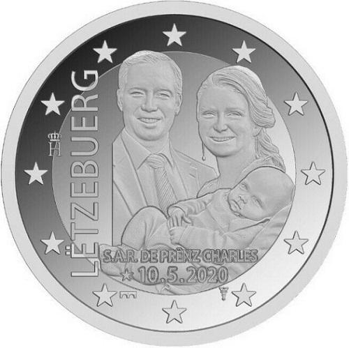 Appena nato, e già in moneta: appare perplesso, mentre i genitori sono ovviamente raggianti, il principino Carlo del Lussemburgo sulla 2 euro che gli viene dedicata
