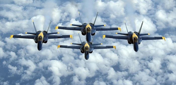 """I Blue Angels, la pattuglia acrobatica della Marina americana, vola in formazione con quattro F-18 Hornet, come quelli resi celebri dal film """"Tiop Gun"""" e stilizzati sulla nuova moneta ideata da CIT Coin Invest per Cook Islands"""