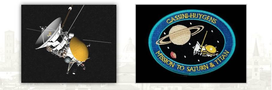 """La sonda """"Cassini-Huygens"""" che ha viaggiato fino a Saturno e il distintivo del personale impiegato nella missione"""