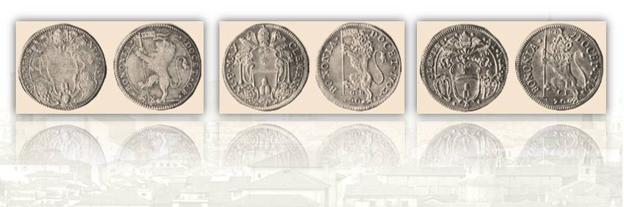 Da sinistra a destra: lira di Clemente XI incisa da Tommaso Bajard nel 1702 (manca la data), lira di Clemente XI incisa da Saint Urbain nel 1702 dopo il suo trasferimento a Roma e lira di Clemente XI incisa da Antonio Lazari nel 1712
