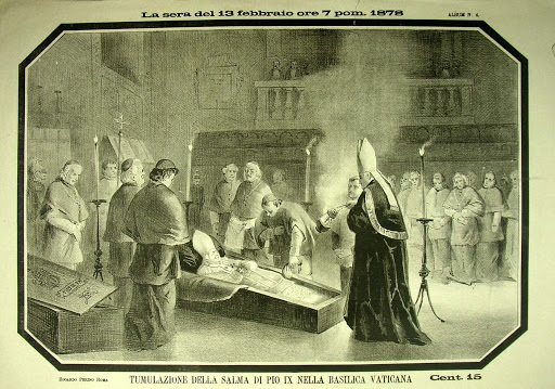 Stampa d'epoca che mostra l'omaggio del Sacro Collegio alle spoglie di Pio IX, l'ultimo papa re, all'interno della Basilica di san Pietro: è il 13 febbraio del 1878